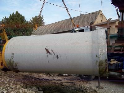 Skládání ŽB DN800 hydraulickou rukou