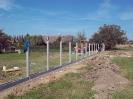 Připravená stavba plotu pro uložení betonových dílců